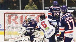 Een schot van Johan Rurup belandt tussen de arm van Tomislav Hrelja.